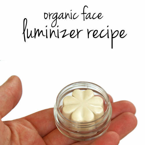 Face luminizer make up DIY. How to make clean beauty products with easy natural mineral makeup recipes. Save money on eco-luxe natural cosmetics by making your own dupes of your favorites at home. Make this DIY face luminizer recipe to highlight & accent eyes, cheekbones & lips! It gives skin natural looking highlights for beautiful glowing skin.