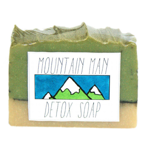 This natural Mountain Man Homemade Detox Soap Recipe comes with free printable labels for gifting to your favorite guy!