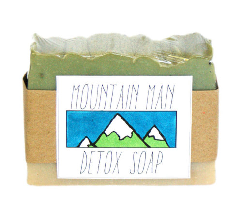 This natural Mountain Man Homemade Detox Soap Recipe comes with free printable labels for gifting to your favorite guy on special occasions or just because!