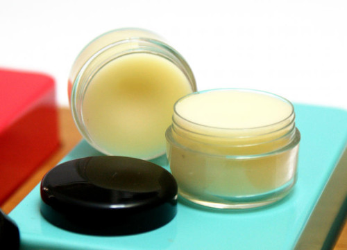 Best Cold Sore Lip Balm Recipe! It really works! Get rid of cold sores fast with this natural homemade cold sore therapy lip balm recipe. Made with naturally anti-viral neem oil and tea tree oil, this lip balm helps to prevent cold sores if applied at the first sign of a tingle or zaps them practically overnight when applied to affected area several times a day. #coldsores #lipbalm #diy #naturalremedy #homeremedy #skincare #antiviral