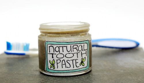 DIY Beauty - Naturall Homemade Toothpaste Recipe that helps to whiten and reduce sensitivity!