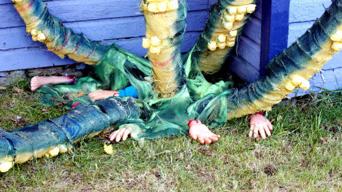 Spooky Outdoor DIY Halloween Decorations for Giant Squid Tentacles