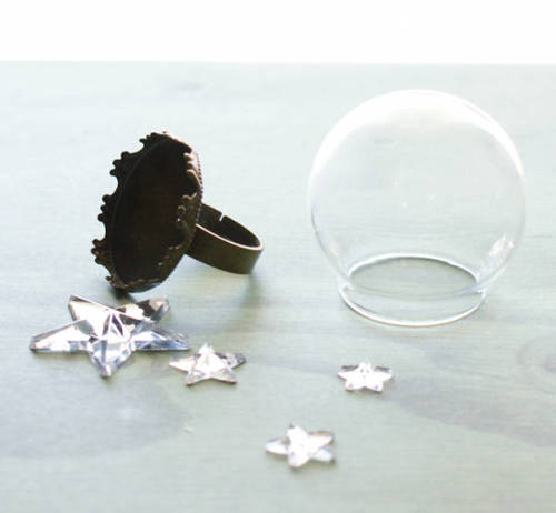 How to make a starry DIY snow globe ring for Christmas.