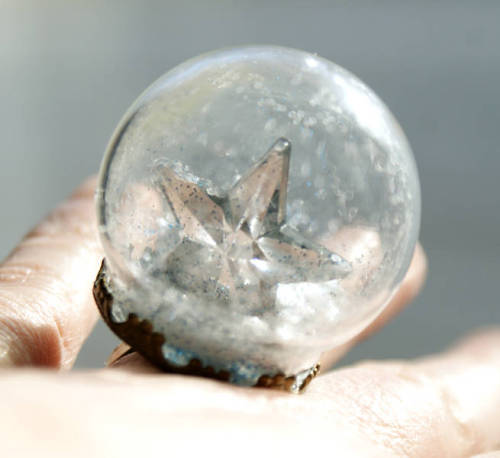 Make these starry DIY snow globe ring for the winter holidays.