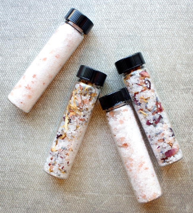 These natural mineral bath soak recipes are a snap to make and are the perfect end to a long day. In addition to helping you wind down after a stressful day, these mineral bath soak recipes also help to ease sore muscles and detox skin! They make lovely DIY wedding favors, bridesmaid gifts and even homemade stocking stuffers!
