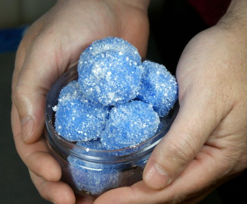 These sparkling DIY solid sugar scrub snowballs are not only a fun way to pamper yourself this winter, but they also make unique DIY Christmas gift ideas for any bath and body lover! These DIY solid sugar scrub snowballs are pretty straight forward and easy to make. Just give yourself a few hours and you've got the perfect pampering Christmas gift!