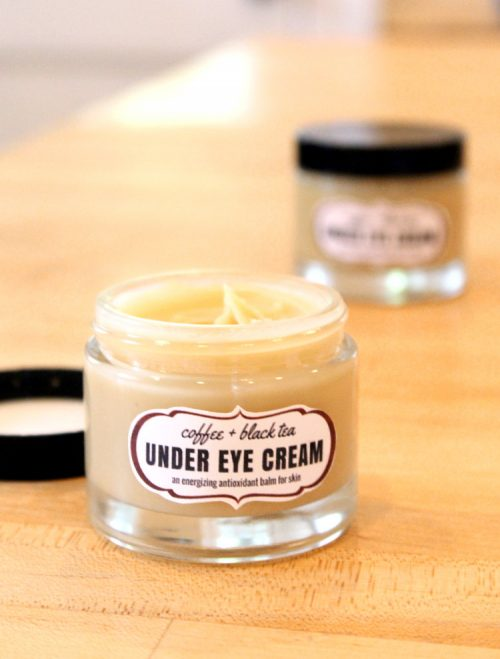Anti Aging Skin Care Recipe! This coffee & black tea under eye cream is an energizing antioxidant balm that's perfect for tired eyes and skin. Made with anti-inflammatory coffee essential oil and antioxidant rich darjeeling tea, this coffee & black tea under eye cream recipe helps to blur the appearance of fine lines and wrinkles while also lending its nourishing antioxidant skin care properties. #antiaging #diy #coffee #eyecreams #blacktea #beauty #skincare #naturalskincare #naturalbeauty