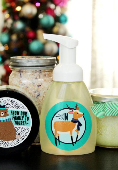Easy Homemade Holiday Gift Idea for DIY Foaming Hand Soap! Save money and personalize your holiday gift giving this year with these easy homemade holiday gifts with personalized sticker labels from StickerYou! #diy #homemade #gift #giftideas #holidays #personalized #diygifts #homemadegifts #ad