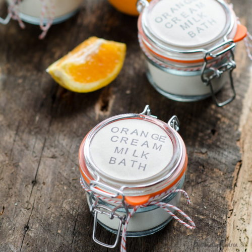 Mason Jar Crafts for Bath & Beauty Lovers! This homemade orange cream milk bath recipe via Personally Andrea is handmade using with sweet smelling orange essential oil, skin-soothing milk, cornstarch and baking soda. Hand stamp blank labels and you have the perfect homemade gift! #masonjarcrafts #bath #beauty #diy