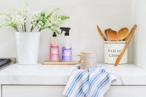Learn how to transform your kitchen for spring entertaining with this collection of eight easy life hacks and cleaning tips to get you started! You're going to love these spring cleaning tips & tricks! Plus discover the perfect eco-friendly cleaning products to help with the task! #springcleaning #spring #diy #green #ecofriendly #grovepartner