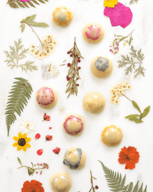 Spring Flower Craft Projects! Homemade bath melts are another fun way to bring spring flowers indoors! Use foraged and dried spring wildflowers for this easy pressed flowers bath melts recipe with natural essential oils from Mary Makes Good. Display them in your bathroom until they're ready to use. Or gift them throughout the season to friends and family.