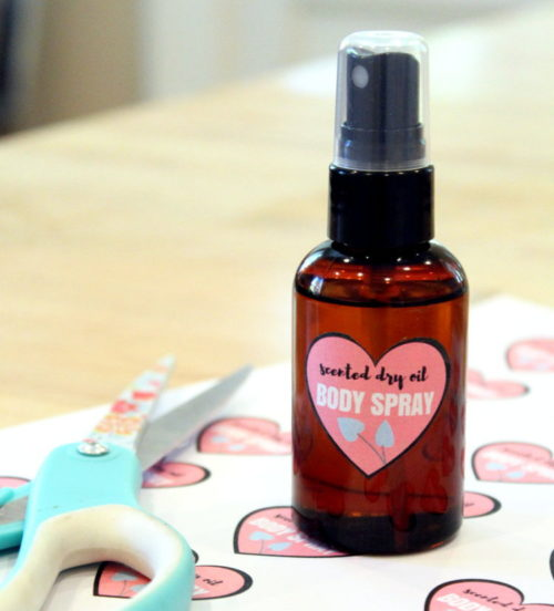"Best DIY Mother's Day Gifts That Mom Will Love! This scented dry oil body spray makes a wonderful DIY Mother's Day gift! Made using natural ""dry"" oils, this luxurious body oil nourishes skin without leaving it greasy. Plus this project also comes with free printable labels for gifting!"