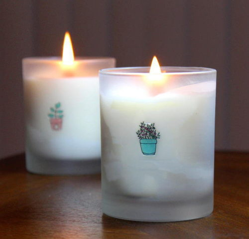 Best DIY Mother's Day Gifts! Mom will love the addition of these easy DIY odor neutralizing candles in her home! These beautifully scented soy and beeswax candles neutralize odors in the air while giving off a fresh fragrance as they burn for one of the best DIY Mother's Day gifts ever.