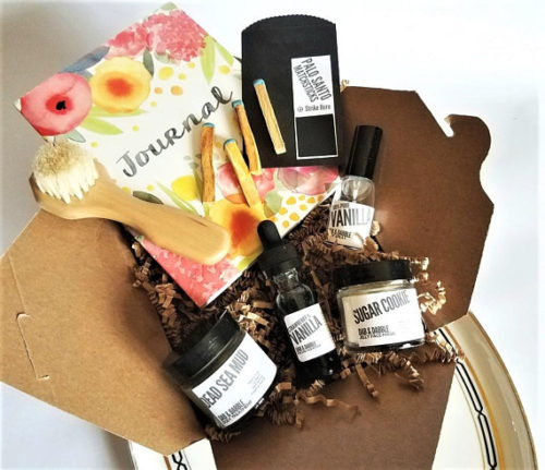 This handmade Vanilla Escape Organic Skin Care Set from Dab & Dabble makes a lovely gift for Mother's Day! This spring facial care gift set is filled with organic skin care sure to pamper and revive all skin types!