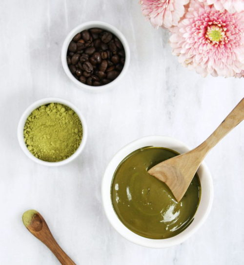 Natural beauty tips for face mask lovers. This DIY caffeine face mask from A Life Adjacent packs a serious punch against stubborn water retention. Thanks to natural ingredients like matcha & organic instant coffee, this mask has enough caffeine to get rid of a puffy face in an instant. Read on to learn how to make this fast-acting & de-bloating DIY coffee face mask!
