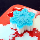 Learn how to make this sparkly glitter snowflake soap recipe for winter. It's crafted using natural melt and pour soap bases, peppermint essential oil and eco-friendly biodegradable glitter. This easy beginner #soaprecipe is perfect for DIY holiday gifts. Discover this soap making DIY now at Soap Deli News blog!