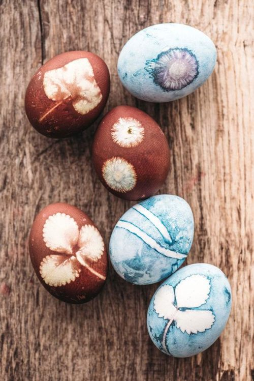 How to naturally dye Easter eggs. It's super easy! Learn how to craft beautiful homemade Easter eggs using plant and food based dyes. As well as how to create unique botanical designs on your Easter eggs to give as gifts or use as holiday or spring DIY home decor.