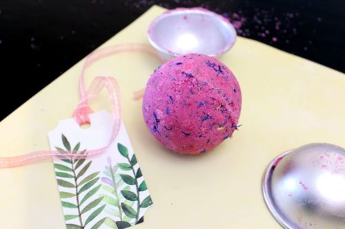 Rose essential oil bath bomb recipe for DIY Mother's Day gifts. Paired with the natural chocolate fragrance of roasted cocoa butter, these essential oils bath bombs offer the perfect combination for Mother's Day - chocolate and roses.