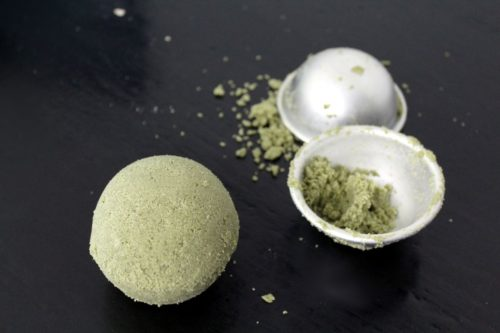 Tips and tricks for making bath bombs the easy way plus a natural bath bomb recipe with moisturizing mango butter, French green clay and spinach powder.
