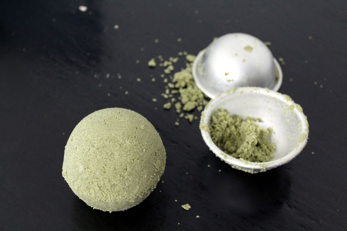 Easy Bath Bomb Recipe with Natural Ingredients for Beautiful
