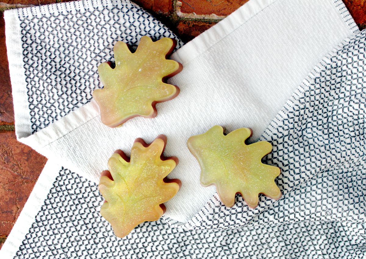 Fall soap ideas. Easy beginner melt and pour soap ideas for fall inspired leaf shaped soaps. These homemade melt and pour soaps make lovely DIY seasonal fall gifts for friends, family and teachers.