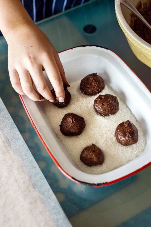 How to make no bake bourbon balls for the ultimate no bake last minute DIY holiday gifts. These easy Christmas treats not only taste delicious, they're also gluten free. So everyone can enjoy the delectable taste of chocolate and bourbon this holiday season. A delightful no bake dessert for Christmas, this easy bourbon balls recipe can also be made with rum or customized with your favorite ingredients whether it be coconut or dried raspberries for a flavorful holiday treat!