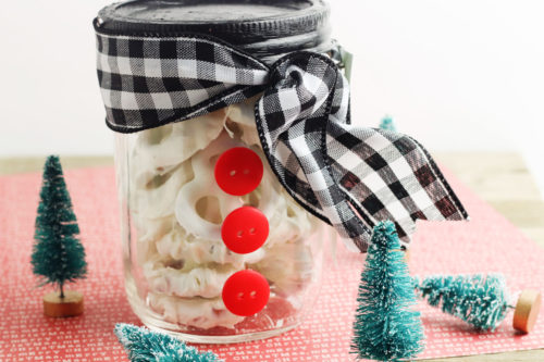 Creative DIY mason jar gifts for Christmas. How to make a cute DIY snowman mason jar gift filled with white chocolate covered pretzels or other winter holiday food treats to gift to friends, family, teachers and neighbors this holiday season. These easy DIY Christmas gifts also include free printable Merry Christmas gift tags for your handmade Christmas gifts for the finishing touch.
