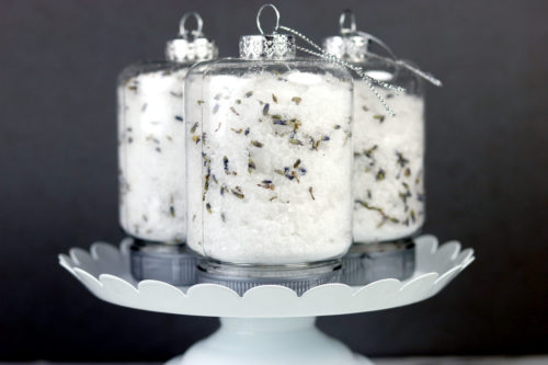 DIY ornaments for the holidays filled with easy lavender essential oil bath salts. Discover this DIY lavender bath salts recipe and learn how to make them into giftable DIY Christmas ornaments with this holiday project idea from Soap Deli News. Easy essential oil gifts you can craft this winter for bath time self care. Natural beauty gift ideas for friends and family this holiday season and throughout the year. Homemade gift ideas for a natural beauty and skin care routine. #essentialoils